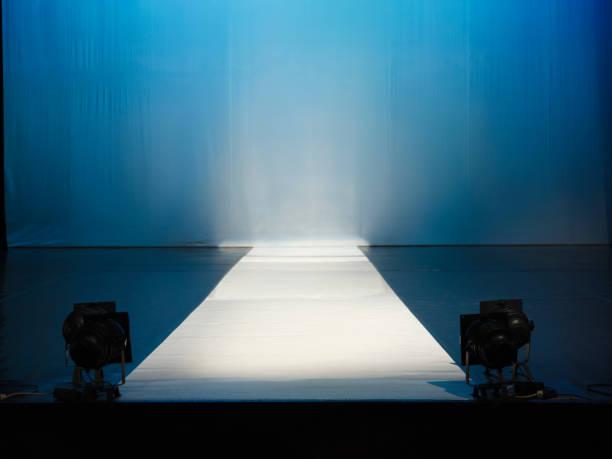éclairage de la scène vide catewalk - défilé de mode photos et images de collection