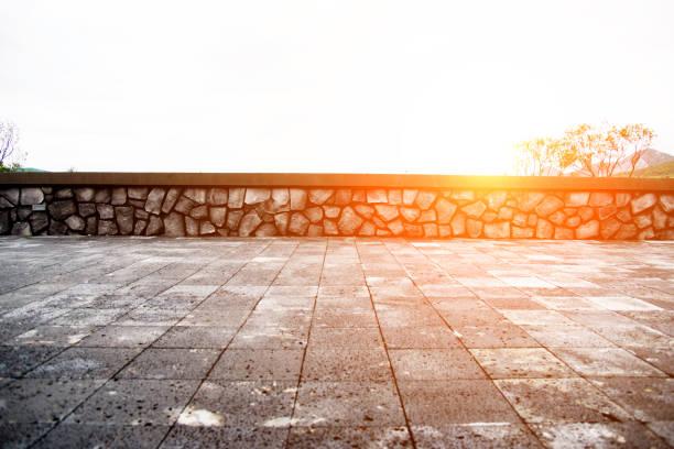 leere zement-plattform gegen himmelshintergrund - naturstein terrasse stock-fotos und bilder