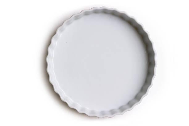 leere keramik torte oder kuchenform auf weißem hintergrund; mit textfreiraum - backrahmen stock-fotos und bilder