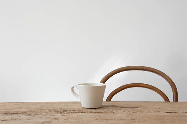chaise vide et tasse sur la table - table cuisine photos et images de collection