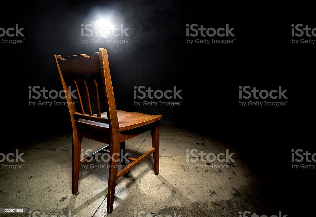 Leeren Stuhl in einer Vernehmung Zimmer – Foto