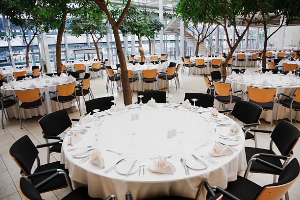 vazio cadeiras e mesas conjunto de refeição - muita comida imagens e fotografias de stock