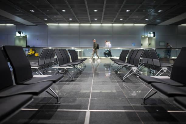 lege stoelen bij frankfurt airport, duitsland - luchthaven frankfurt am main stockfoto's en -beelden