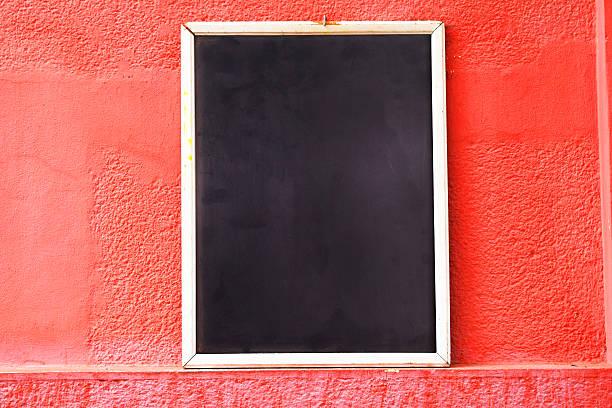 empty chalkboard on the street. copyspace. - kreide schriftzüge stock-fotos und bilder