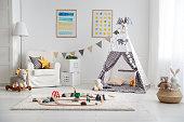 テントとおもちゃの鉄道を空の子供のプレイルーム