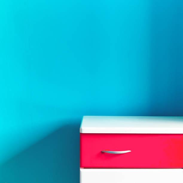 Vacíe el inodoro rojo blanco de los niños en la pared de color turquesa en la guardería - foto de stock