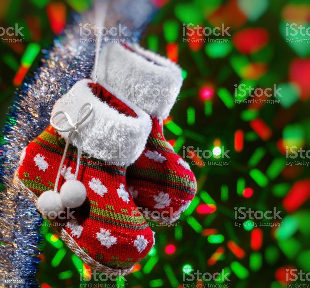 Bottes de Noël vide et garland moelleux sur fond sombre avec Lumières brouillées. Vignette floue - Photo
