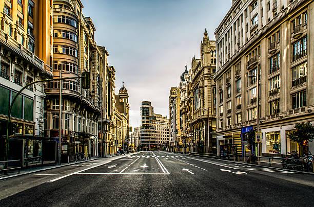 leere hauptstraße gran vía in madrid, spanien nicht auto personen - abwesenheit stock-fotos und bilder