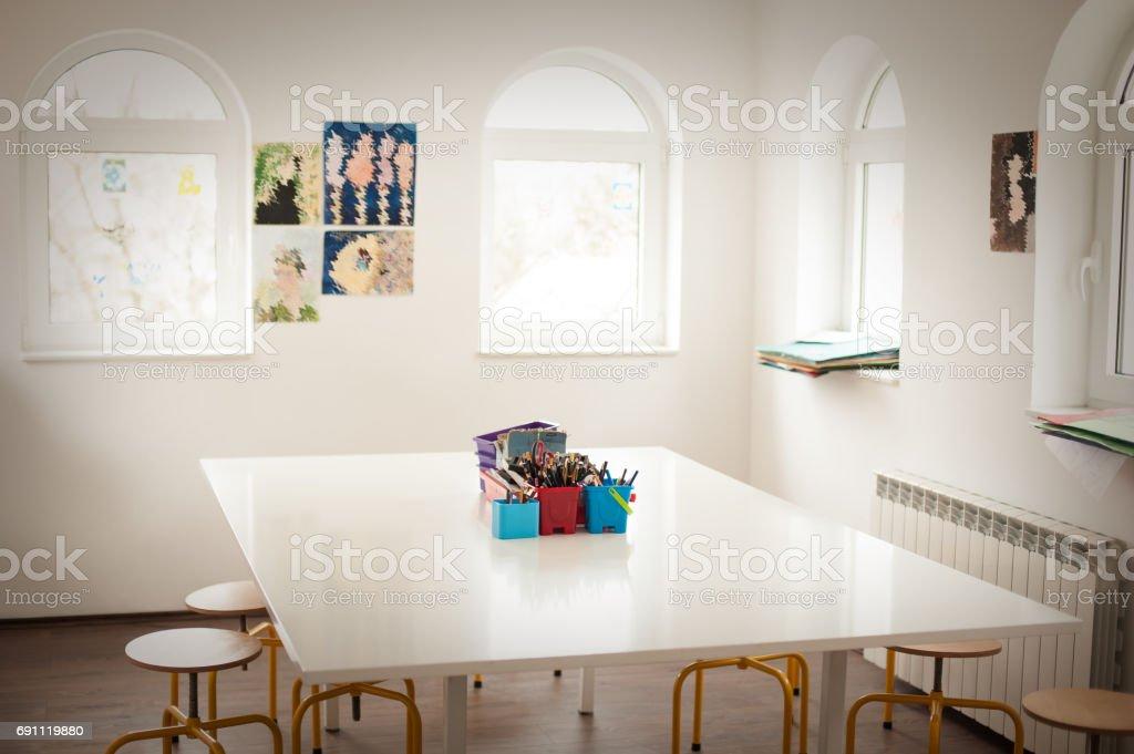Salle de classe vide pour le dessin à lécole primaire u photos et