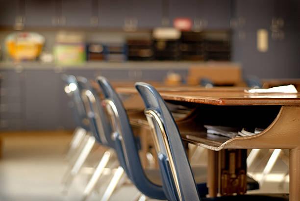 leere klassenzimmer - grundschule stock-fotos und bilder