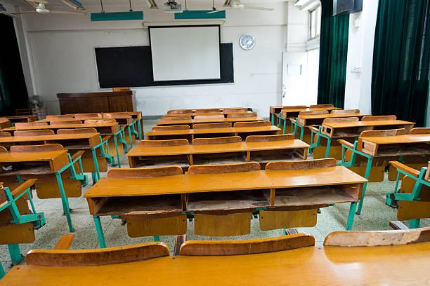 leere klassenzimmer - tageslichtbeamer stock-fotos und bilder