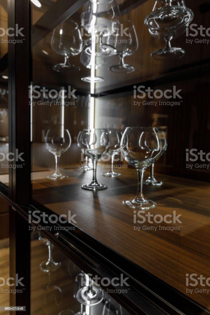 Leere, saubere Gläser organisiert in Holzschrank - Lizenzfrei Das Leben zu Hause Stock-Foto
