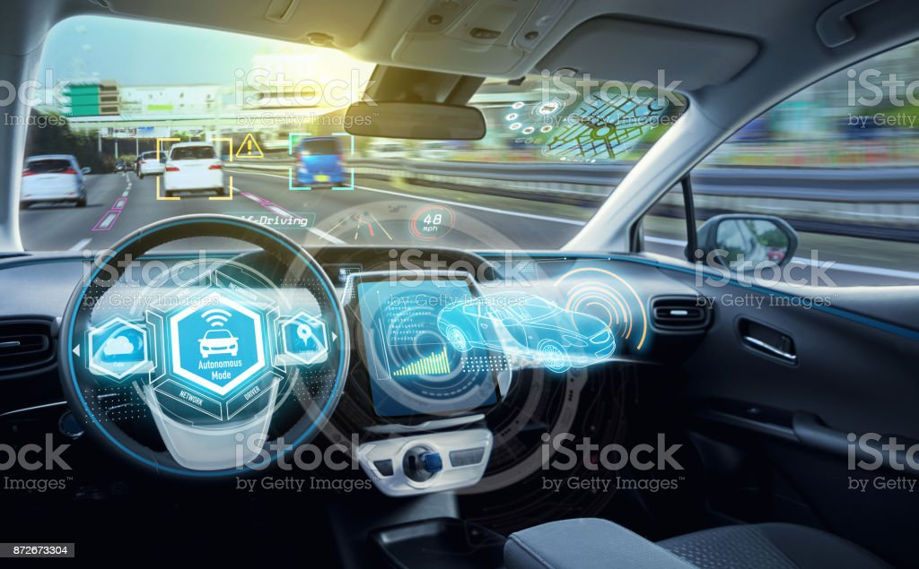 Empty cockpit of autonomous car, HUD(Head Up Display) and digital speedometer. self-driving vehicle. - foto stock