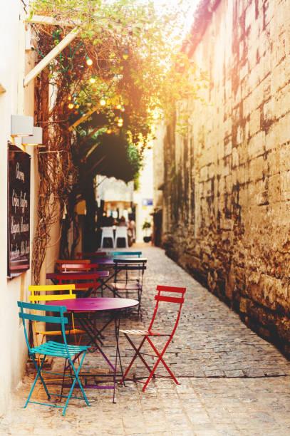 Leere Kaffeeterrasse mit Tischen und Stühlen in Südfrankreich – Foto