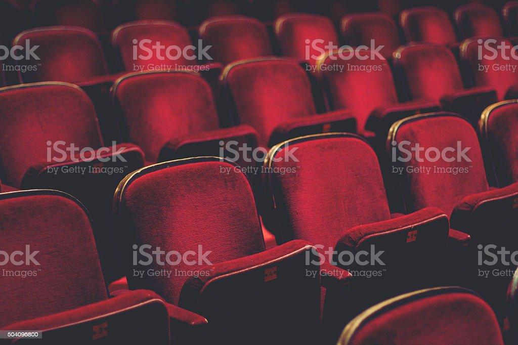 Vazia com assentos confortáveis vermelho números de cinema - foto de acervo