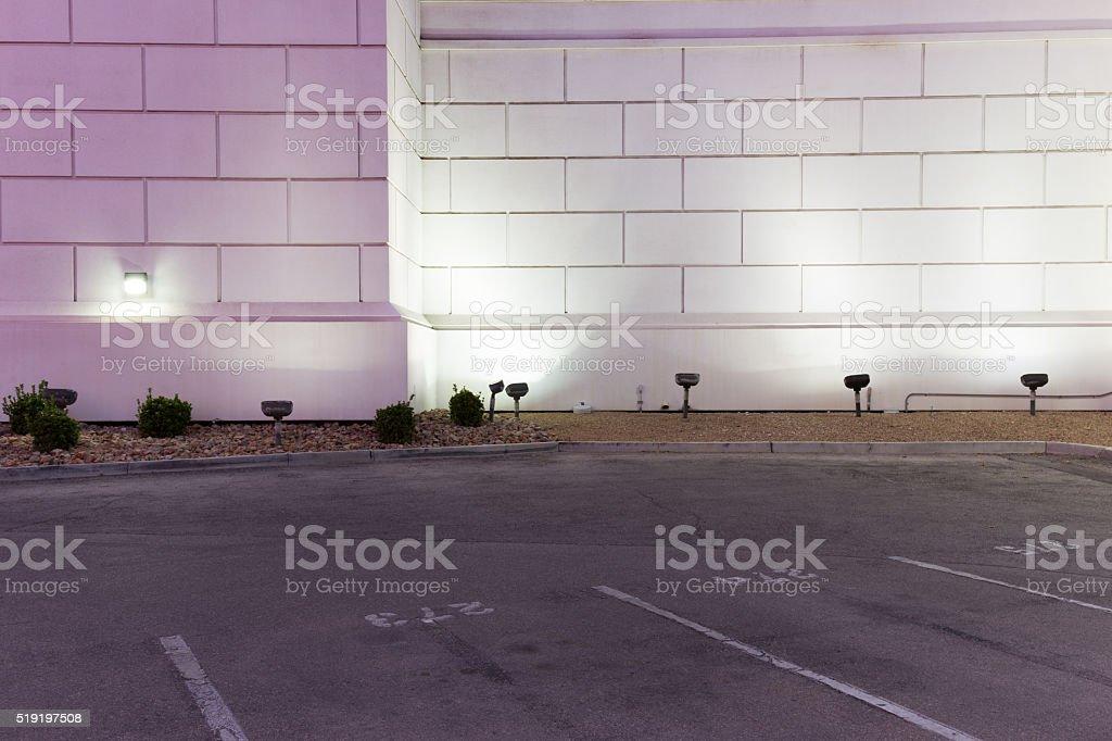 Aire de stationnement vide de béton mur de briques de nuit et - Photo