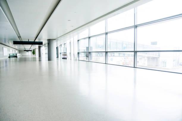 Leerer Korridor im Flughafengebäude – Foto