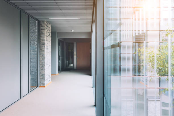 近代的なオフィスビルの空の回廊 - 廊下 ストックフォトと画像
