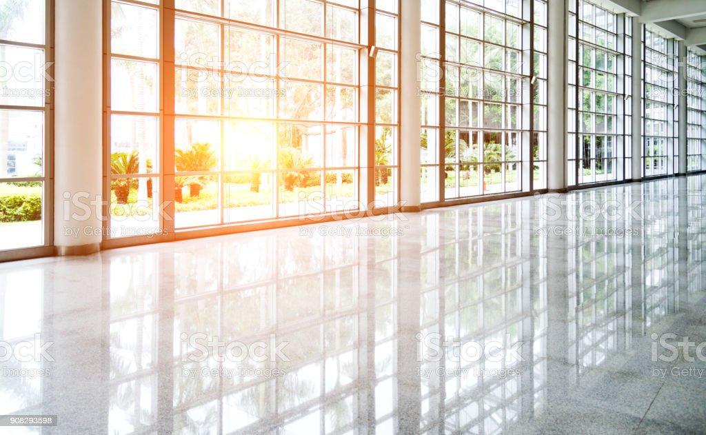 Couloir vide dans immeuble de bureaux moderne - Photo