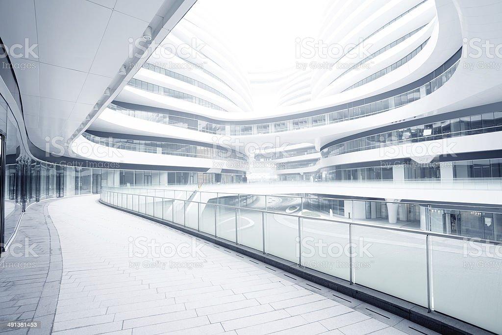 Vazio corredor no moderno edifício de escritório - foto de acervo