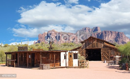 istock Empty cowboy town with wooden houses 470181240