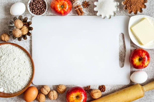 leere schneidebrett und zutaten für das backen mit äpfeln und gewürzen - backrahmen stock-fotos und bilder
