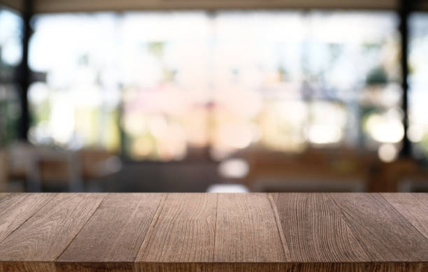 レストランの抽象的なぼけボケ背景の前に空の暗い木製のテーブル。あなたの製品をモンタージュや表示に使用できます。スペースのためにモックを作成します。 - テーブル 無人 ストックフォトと画像