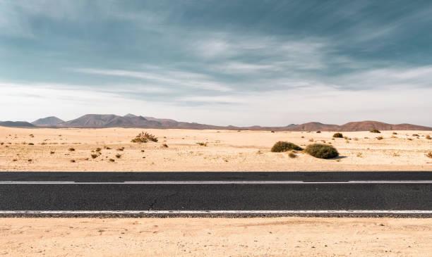 estrada no deserto vazia com espaço de cópia - vista lateral - fotografias e filmes do acervo