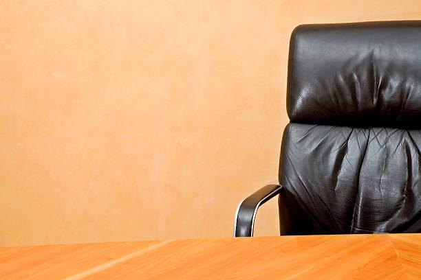Leere Schreibtisch und executive-Stuhl mit copyspace – Foto