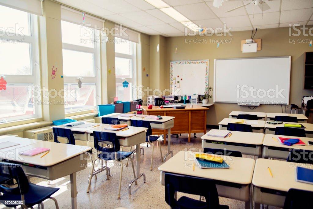 Vide salle de classe élémentaire pendant la récréation. - Photo