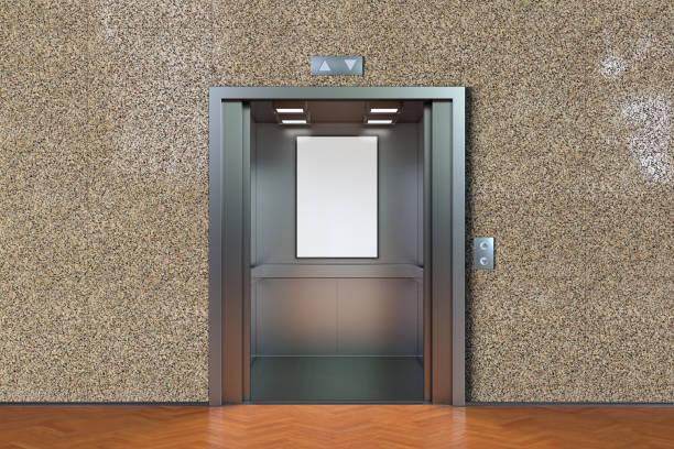 Leere Kabine mit offenen Türen – Foto