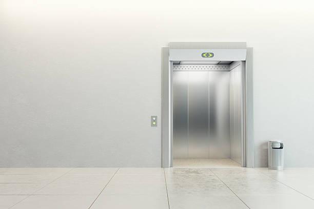 Leere Aufzug mit geöffneten Türen – Foto