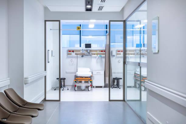 病院で空の緊急治療室 - 病棟 ストックフォトと画像