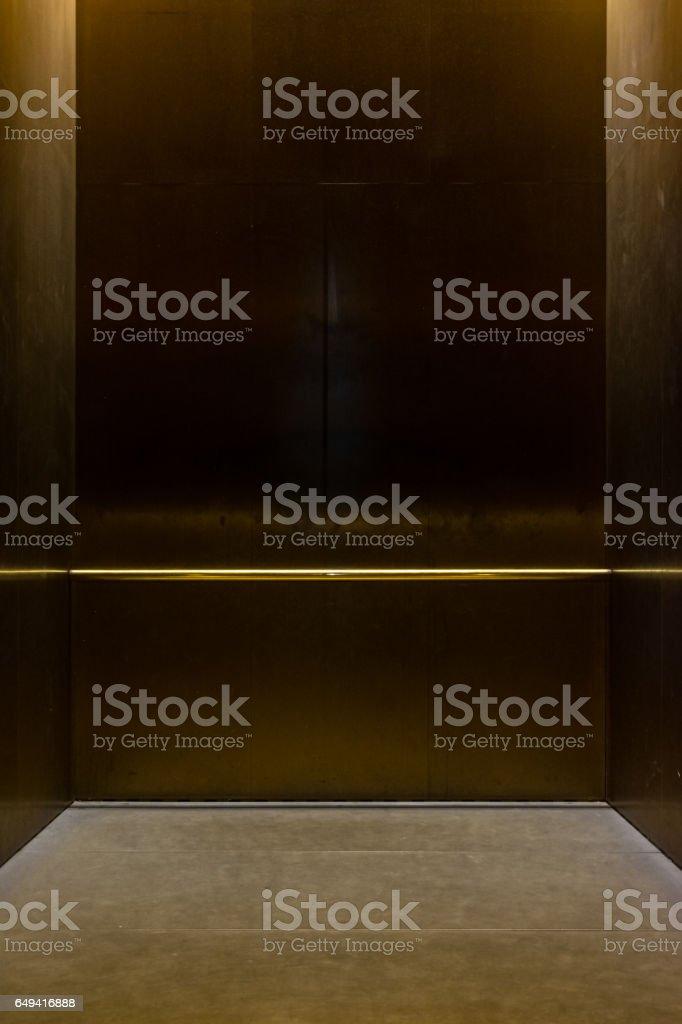 Leere Phantasie Aufzug Beförderung Metallstange in Metallbox innen geschlossen Elegant Gold Bronze obenliegenden Stock Falle leere Zimmer – Foto