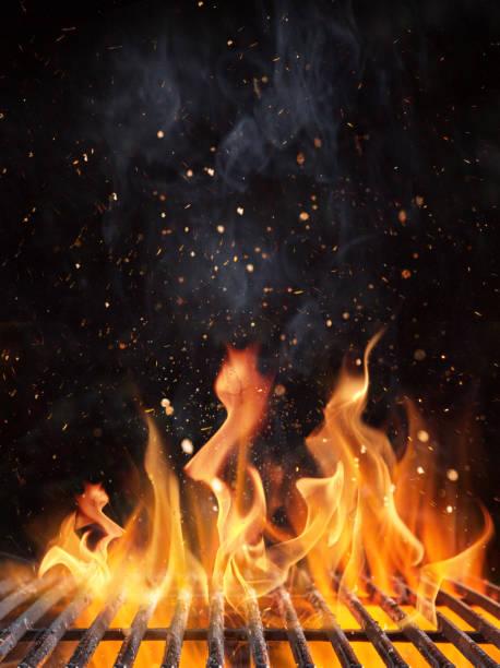 pusty płonący grill węglowy z otwartym ogniem. - grillowany zdjęcia i obrazy z banku zdjęć