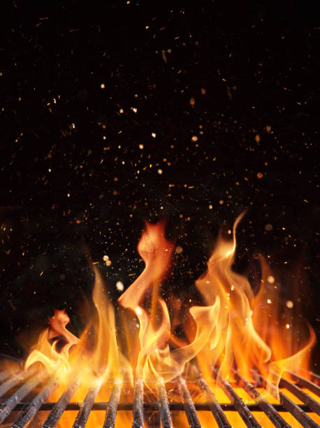 pusty płonący grill węglowy z otwartym ogniem. - barbecue zdjęcia i obrazy z banku zdjęć