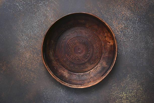 empty flat plate of red clay.top view. - keramik vase stock-fotos und bilder