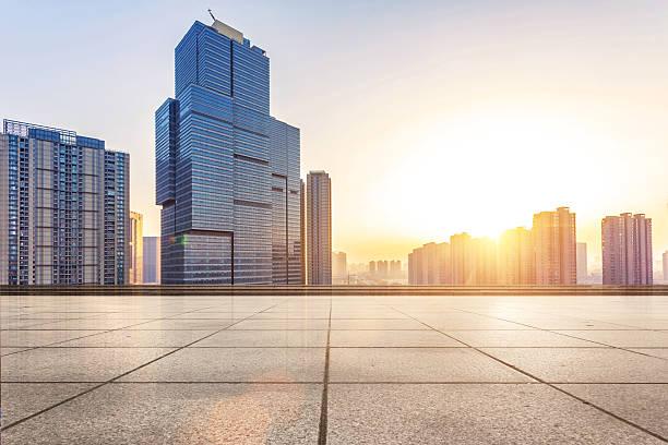 空のフロアーとモダンな建物に太陽光線 - 広場 ストックフォトと画像