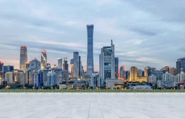 Leerer Boden und moderne Skyline der Stadt Professional verwenden Auto-Werbung Backplate – Foto