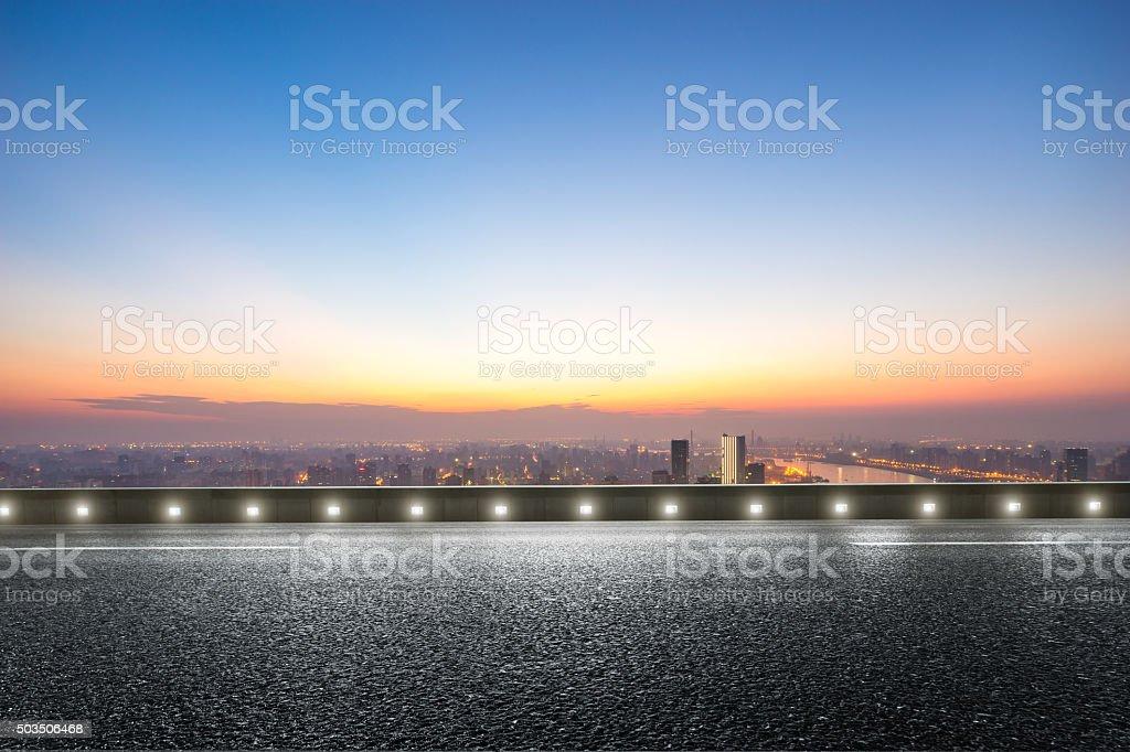 Leere Etage vor Skyline bei Sonnenaufgang – Foto