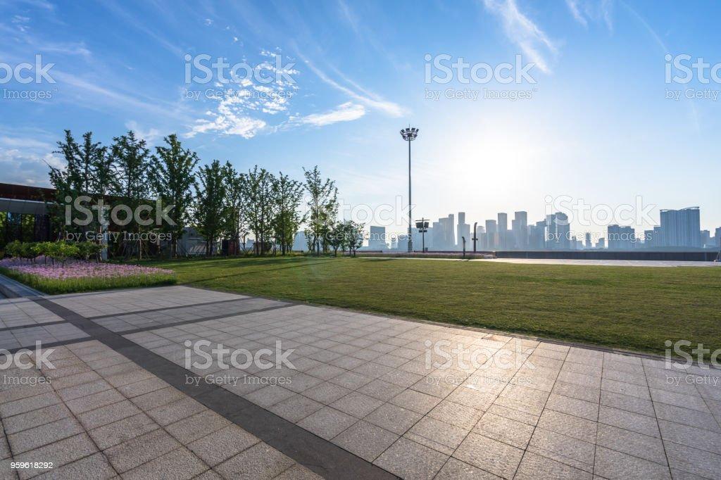 piso vacío con moderno edificio - Foto de stock de Arquitectura libre de derechos