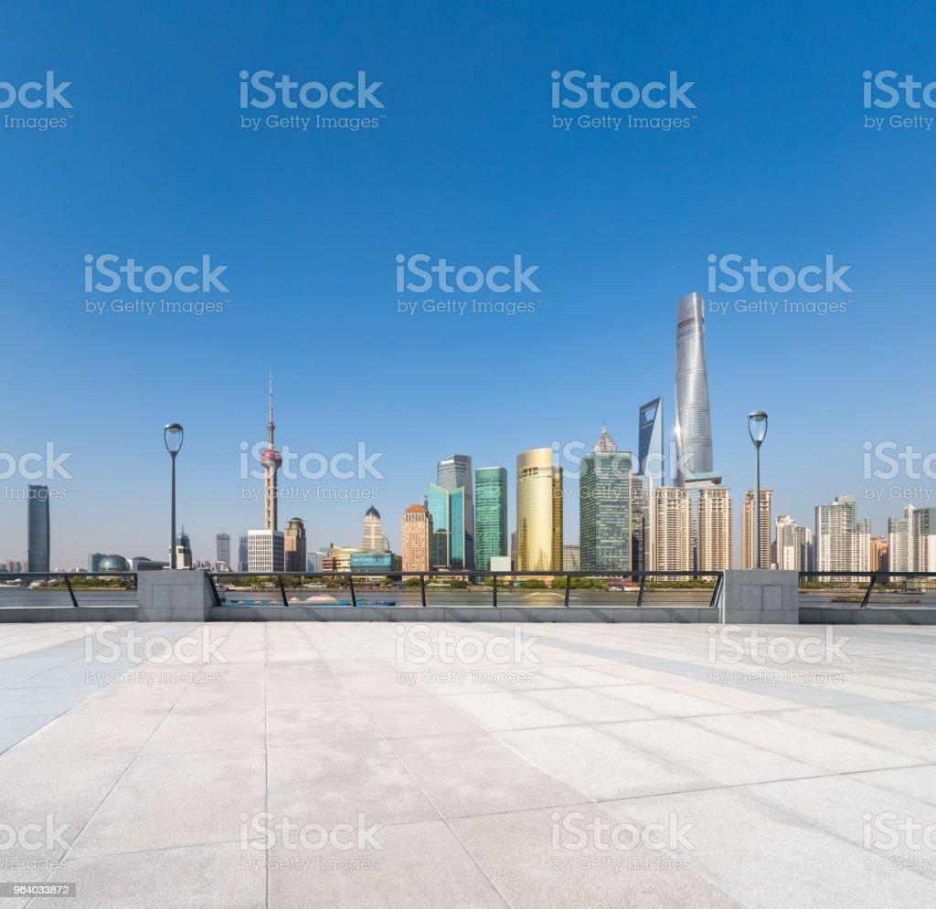 空床と上海スカイライン - からっぽのロイヤリティフリーストックフォト