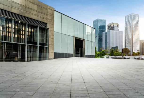 빈 바닥 및 현대 도시 건물 - 타운 스퀘어 뉴스 사진 이미지