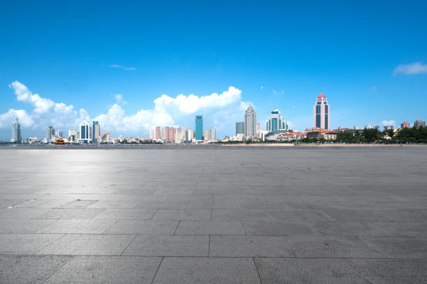 Leere Böden und urbane Skyline in Qingdao, China – Foto