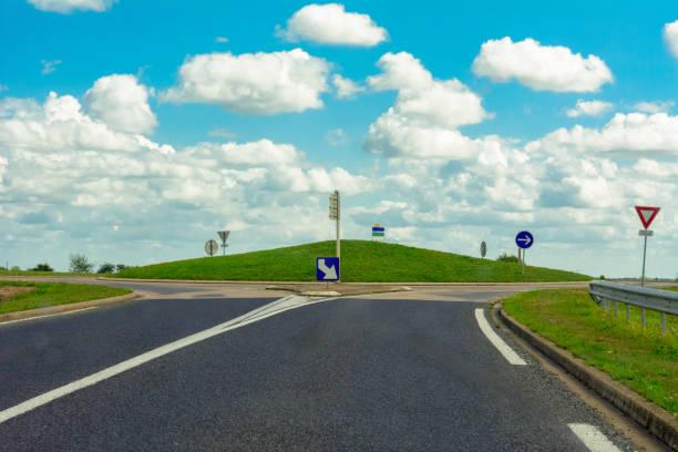 vide français rond-point sur la petite colline - rond point carrefour photos et images de collection