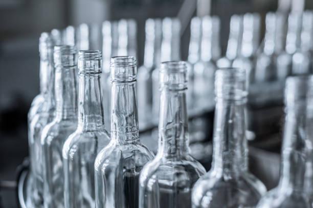 Leere Glasflaschen auf dem Förderband – Foto