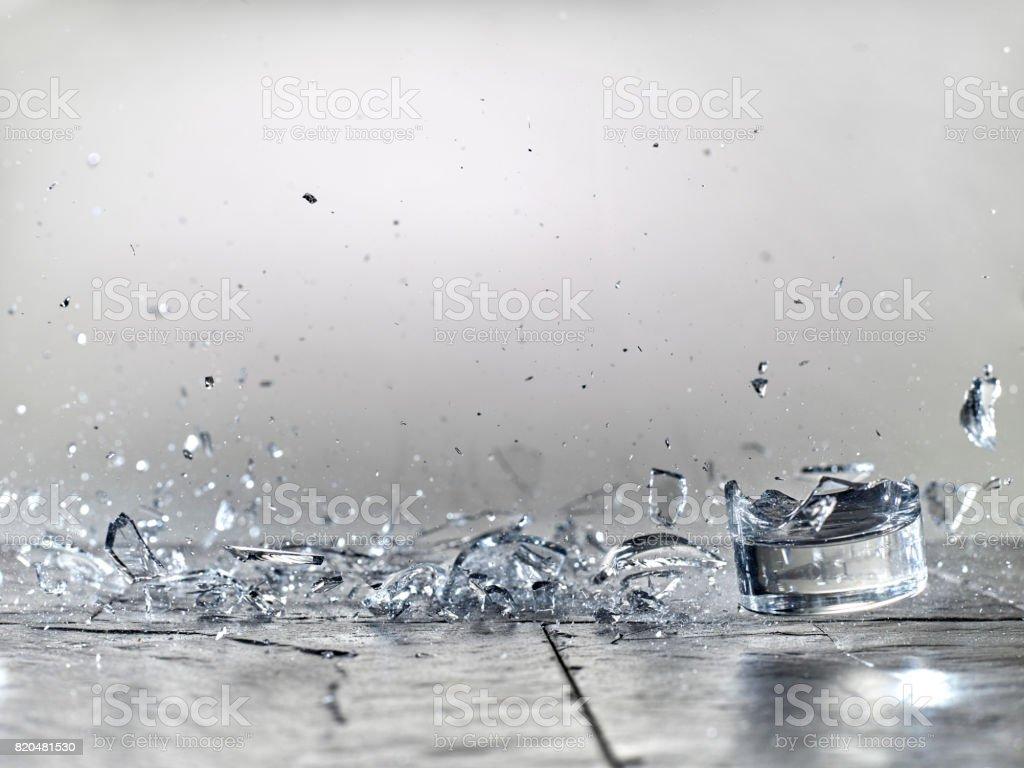 vaso vacío en un piso de piedra - foto de stock