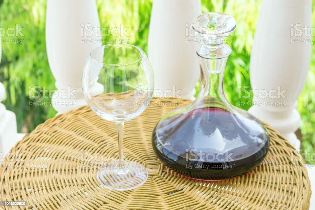 Garrafas De Cristal Vacío Con Vino Tinto En La Mesa De