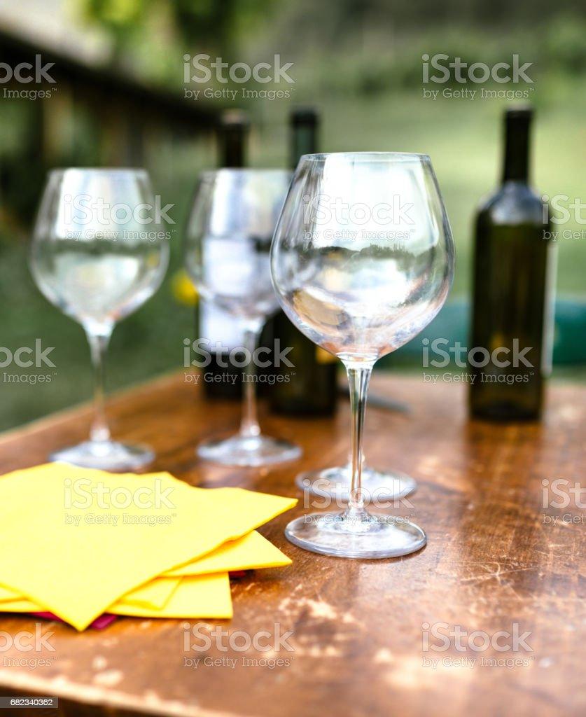 lege glas wijn op tafel royalty free stockfoto