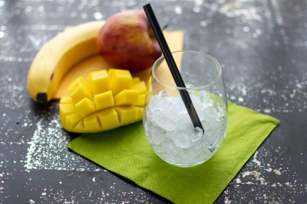 leeres Glas mit zerkleinertem Eis und Stroh. – Foto